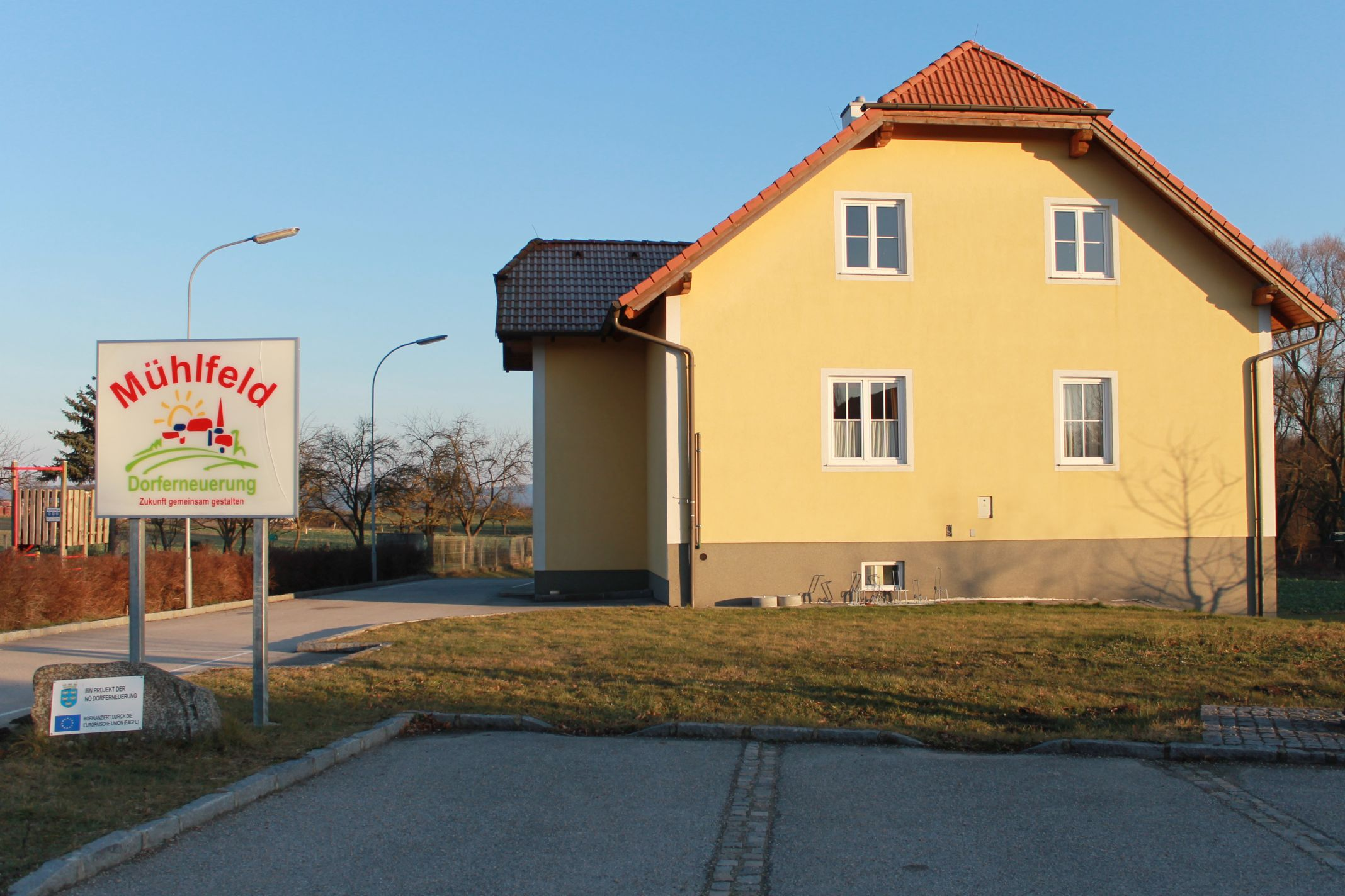 Das Dorfgemeinschaftshaus in Mühlfeld von der Straßenseite