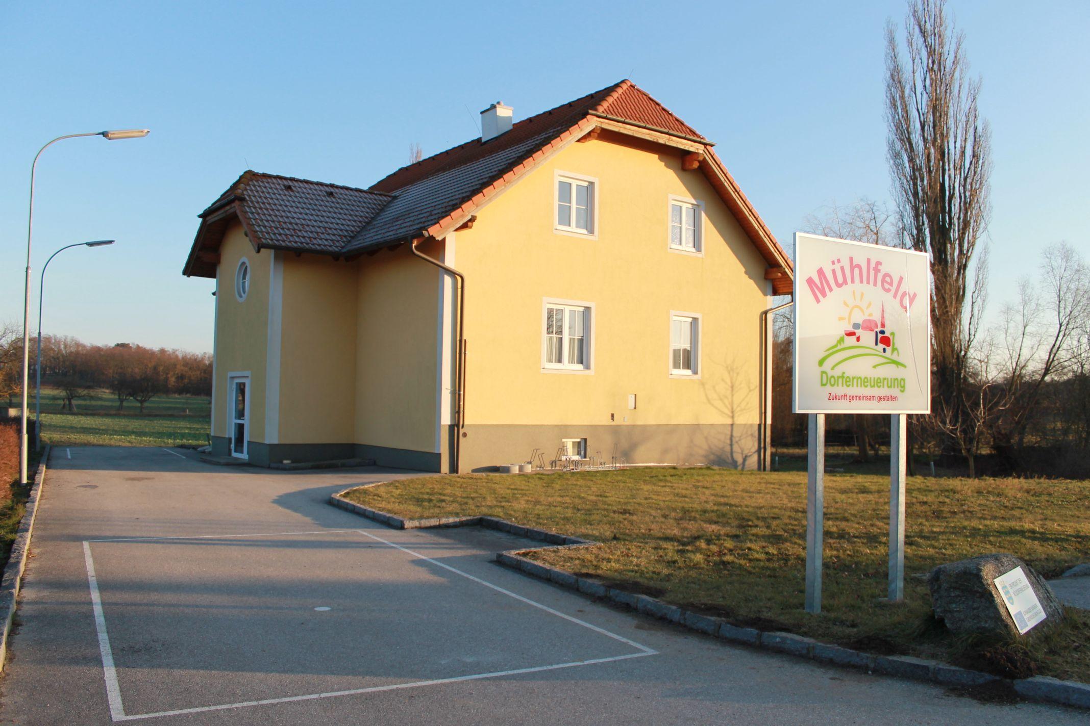 Das Dorfgemeinschaftshaus in Mühlfeld aus anderer Perspektive